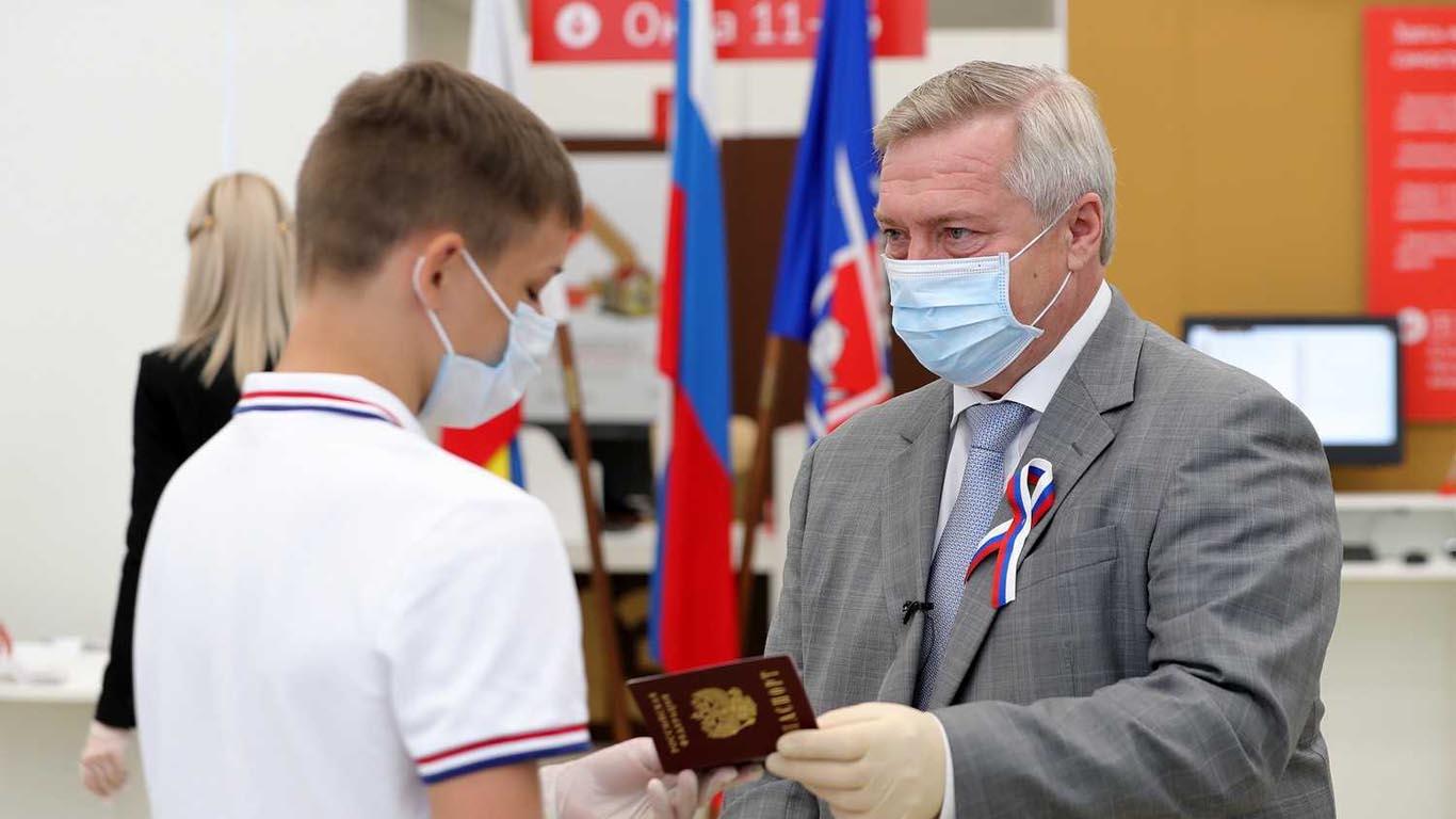 Василий Голубев вручил паспорта юным гражданам России