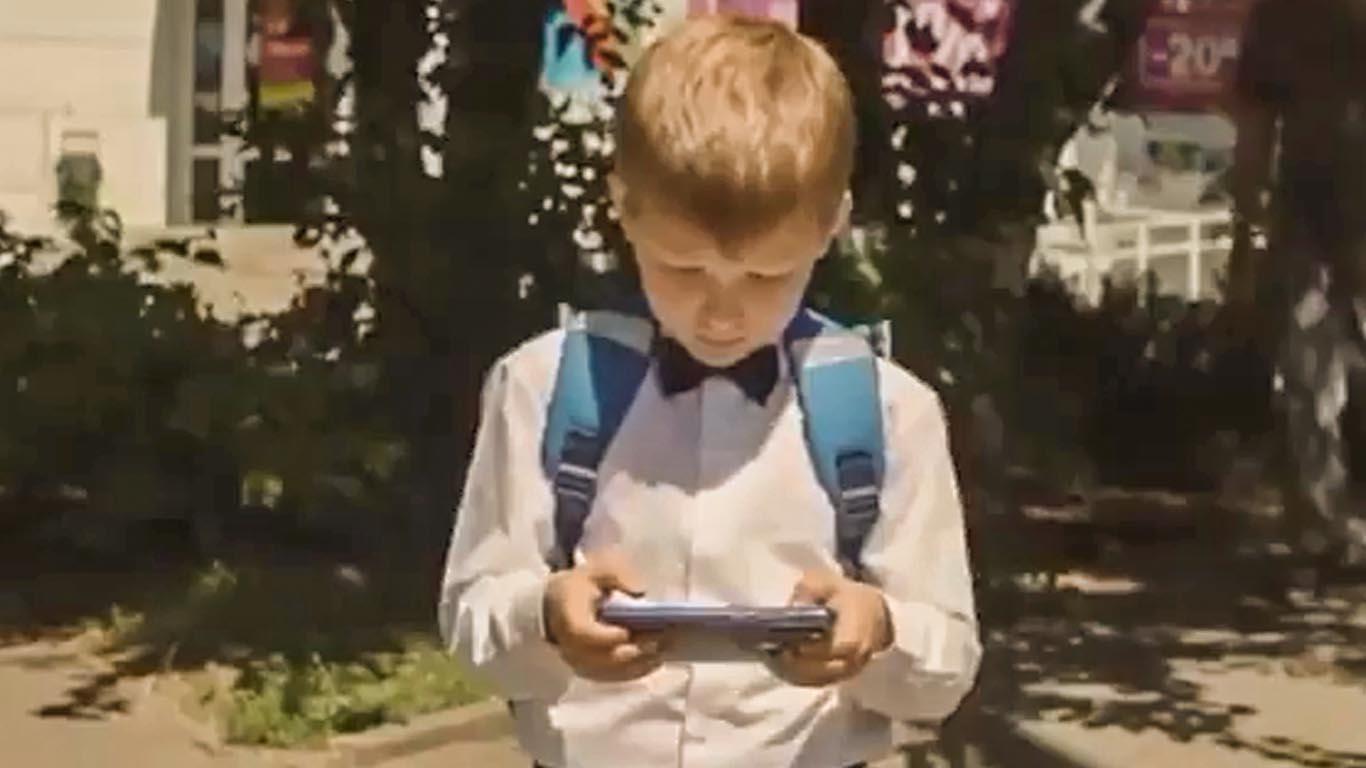Мобильный телефон на проезжей части – причина большой беды