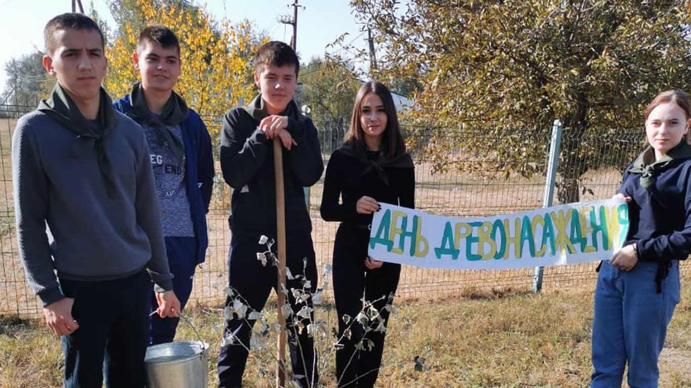 Лопанские школьники приняли участие в озеленении школьного двора