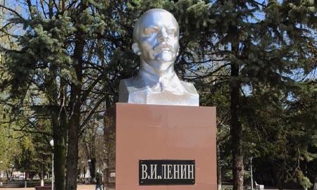 В Целинском поселении обновлён бюст В.И. Ленина