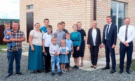 Благодаря областной господдержке многодетная семья получила новый дом