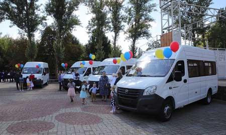 В День добрых дел семи большим семьям вручили ключи от микроавтобусов